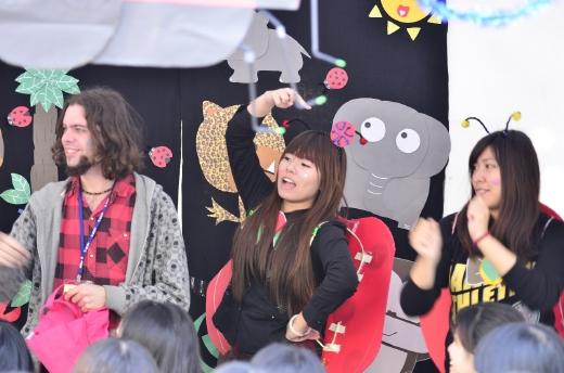 學生與外籍教師熱力演出