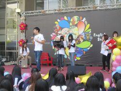 學生彈奏烏克麗麗表演