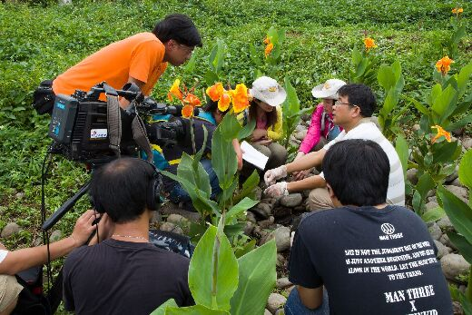 Department chair Lin Ying-Feng introduces CNU's artificial wetlands for a PTS television program