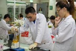 舉辦「全國水質檢驗技能競賽」,提供平台讓校際間學生進行技能交流外,也讓企業在競賽過程能發掘技術優良人才,讓學生順利進入環境檢測產業與職場銜接(2014.5.30)