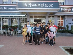 Professor Chang Yao-Ling (sixth from left) leads students on a field trip to the Taiwan Coffee Museum