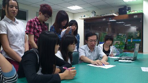 Professor Lin Chang-Chiang explains the operation of ARDK to students