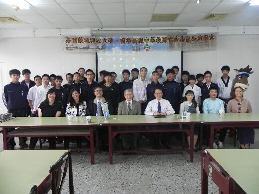 Signing a strategic alliance agreement with Nanning Senior High School